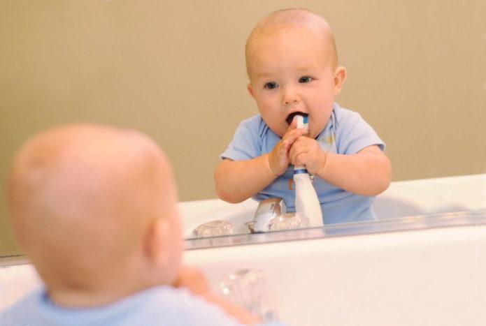 Copilul curăță dinții